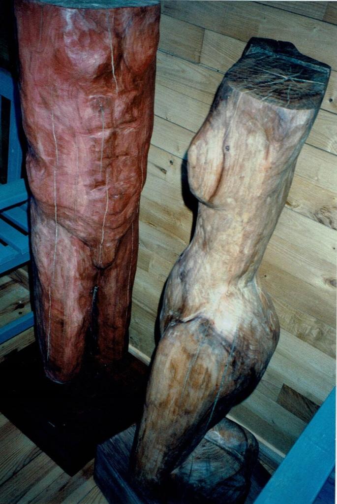 Dans de l'orme ciré, Chris Le Guen artiste peintre et sculptrice, a créé Adam et Eve