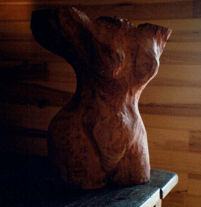 """""""Buste"""" créé par Chris Le Guen artiste peintre et sculptrice, est en châtaignier"""