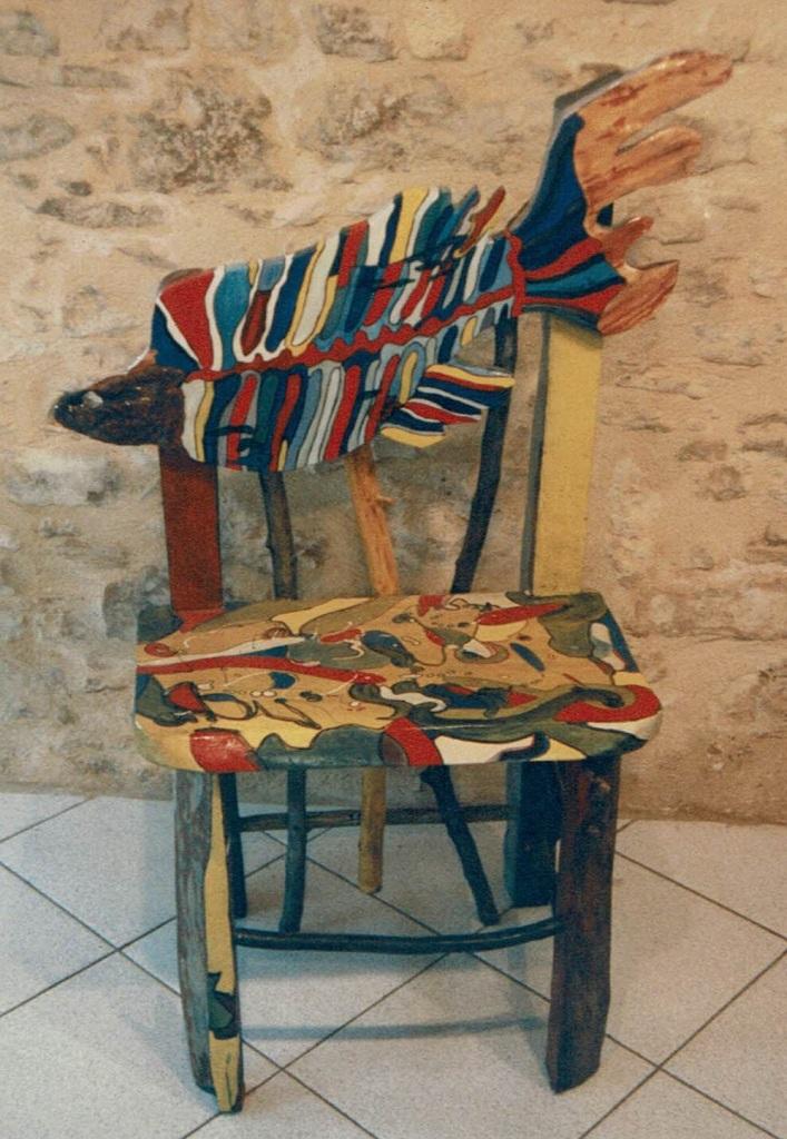 La Chaise Poisson de Chris Le Guen artiste peintre et sculptrice, est en peuplier.