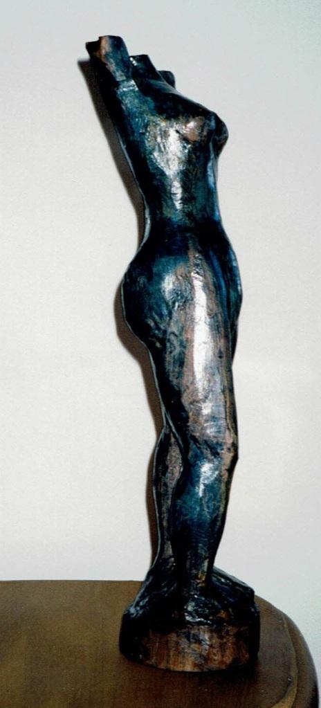 Figure est une sculpture en frêne de Chris Le Guen artiste peintre et sculptrice