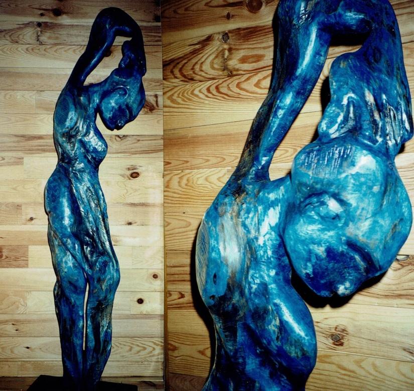 Satue est un bois peuplier recouvert de cire bleue par Chris Le Guen artiste peintre et sculptrice