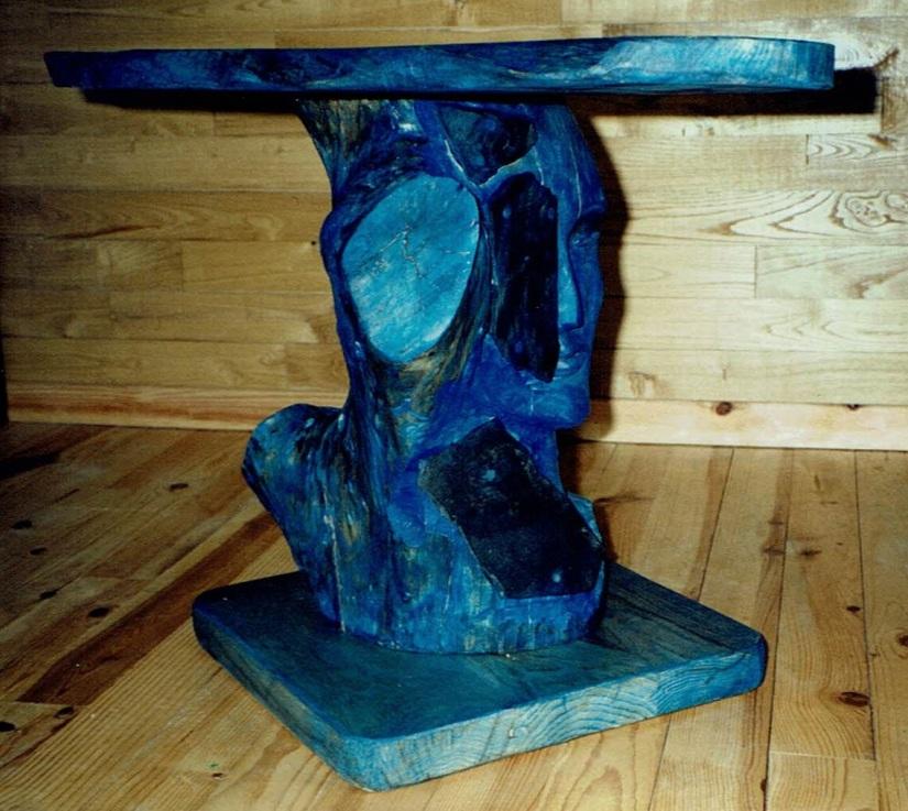La Table Basse est construite à partir de tilleul et de chêne par Chris Le Guen artiste peintre et sculptrice