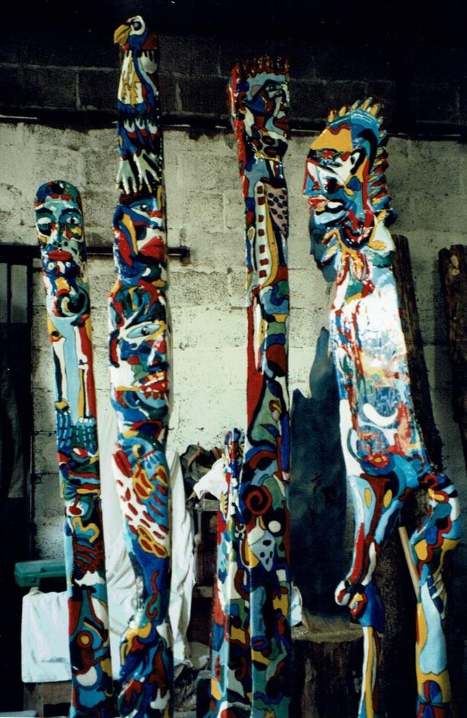 Totem Alter Ego est en peuplier et entièrement fabriqué par Chris Le Guen artiste peintre et sculptrice